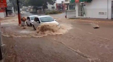 Equipes da prefeitura de Pará de Minas trabalham para reparar danos causados por temporal