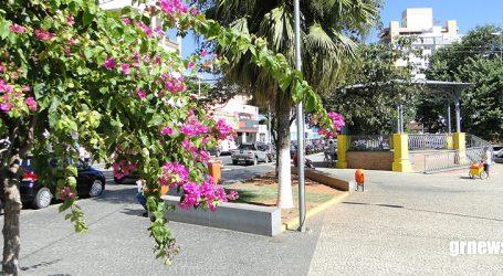 Homem desentende com desconhecido e leva facada em praça central de Pará de Minas