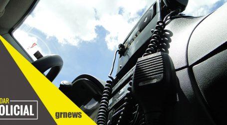 Dupla é presa com moto furtada após assaltar jovem e roubar celular em Nova Serrana