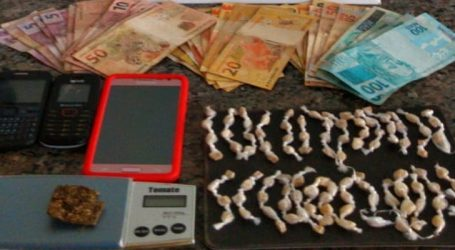 Preso com 105 pedras de crack, maconha, balança de precisão e dinheiro após denúncia de tráfico de drogas