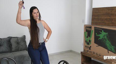 Ganhadora recebe chaves de apartamento mobiliado sorteado pela ASCIPAM e realiza sonho da casa própria